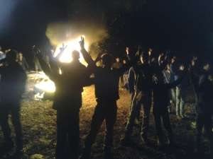 Ciwan li Goristana Bejuhê li kêleka agirê ku vêxistibûn disekinin, roja Înê, 27ê Çileyê Pêşin yê 2013an.