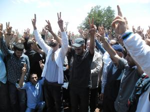 Silence after Ramazan Baran's grave is closed, V-signs in the air. Thousands attended the funeral.